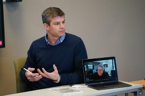 Håvard Skjellegrind fra HUNT-undersøkelsen på pressekonferanse om spørreundersøkelse om korona. Via skjerm deltok Geir Selbæk, forskningssjef ved Aldring og helse.