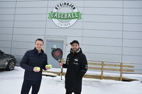 Huseier Bendik Holstad i NOR industrier (t.v.) er strålende fornøyde med at Ståle Kvaran i Steinkjer Sport & Event satser på den nye sporten padel.