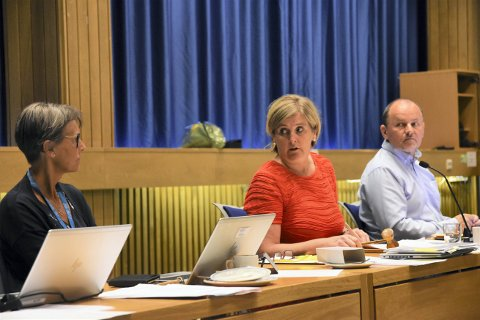 Befolkningstallene for 2020 fra Statistisk sentralbyrå er klare, og de er ikke spesielt hyggelig lesning for denne trioen og resten av de som styrer kommunen politisk og administrativt. Fra venstre kommunedirektør Torunn Austheim, ordfører Anne Berit Lein (Sp) og varaordfører Øystein Bjørnes (H).