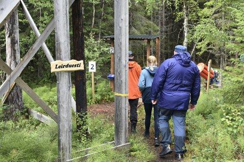 MER RO I SAKEN: Tre av postene i leirduestien på Vibe jaktskytebane blir snudd inn mot skogen for å redusere skytestøy.