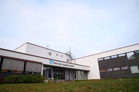 Steinkjer ungdomsskole er hardt rammet av smitteutbruddet, men også andre skoler kan bli stengt fra i morgen.