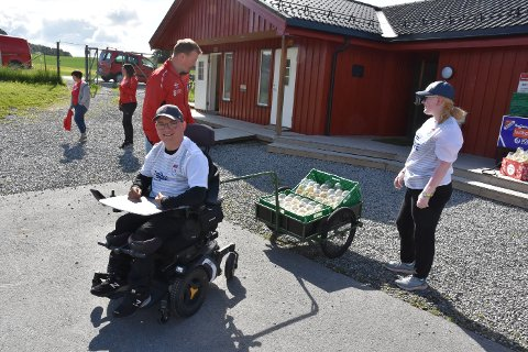 Sebastian Barkhald Borg er strålende fornøyd med vogna han har fått til sin elektriske rullestol.  Morfar har sagt lenge at jeg burde fått med tilhenger, og så ble det, sier han og ler. Bak står Espen Hofstad og Dina Brandtzæg.