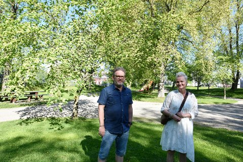 "Terje Tranaas og Astri Hansen Juvik presenterer forestillingen ""Skjærp dæ"" i Steinkjer bibliotek onsdag 9. juni."
