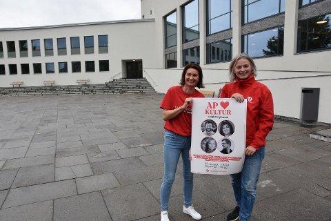 Kristel Knutsdatter og May Britt Lagesen håper folk tar turen til torget i Steinkjer fredag ettermiddag for gratiskonsert i forbindelse med Arbeiderpartiets kulturturné.