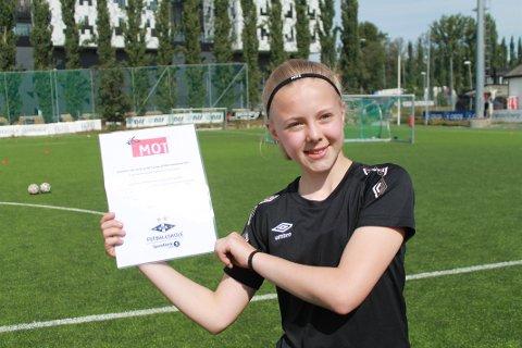 GJEV PRIS: Mina Bjørnerås fikk gjev pris på Rosenborg Fotballskole på Lerkendal.