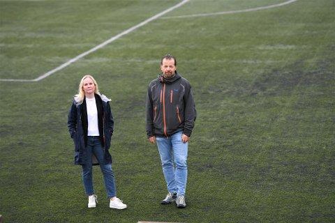 REAGERER: Bente Aunet Bragstad og Roar Veiseth i Sparbu IL vil skifte ut dekke på kunstgressbanen med en granulatfri løsning, og reagerer på at spillemiddelordning legger opp til å velge miljøfiendtlig.