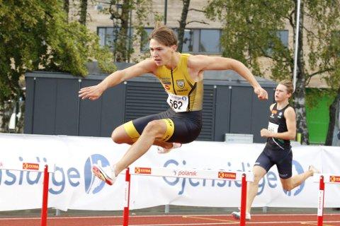 Bastian Elnan Aurstad var helt i en klasse for seg på 300 meter hekk. Han var litt over to tideler bak den norske aldersrekorden i sitt andre løp på distansen for året.