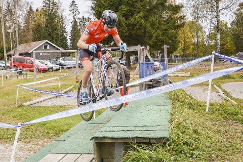 OPP TRAPPER: Gabriel Cornelis Slinger  i ledertrøya var en av få som valgte å sykle opp trappehinderet. Han tjente noen sekunder på utgangen, men kan hende det var litt for røff teknikk for å unngå punktering når hinderet skulle forserer opptil seks ganger.