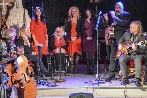 DAMENE: Fra venstre har vi Aina Negaard, Siv Olsen, Anja Kristensen, Annette Stenseng og Christina Christiansen som alle sang duetter med Yngve F. Kristiansen. På flankene har vi Ivan Grand Solberg og Espen Holthgaard.