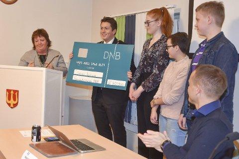 Gavesjekk: Ann Kristin Larsen overrekker sjekken til ordfører Andreas Muri. Til høyre i bildet de tre representantene fra Ungdommens kommunestyre.
