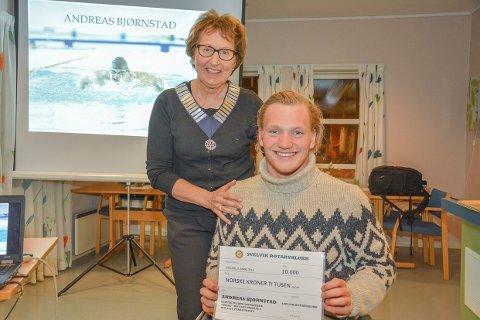 ROTARYSTØTTE: Berit Bøhmer president i Svelvik Rotary kunne overlevere en sjekk på 10 000 kroner til videre satsing for Andreas Skår Bjørnstad.