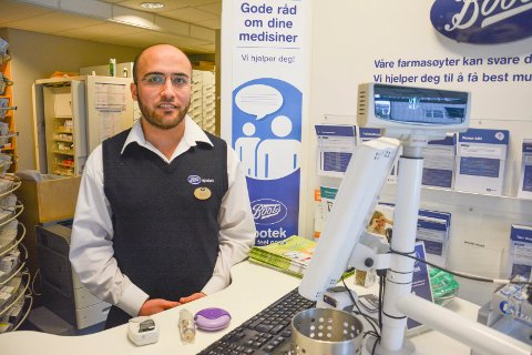 RIKTIG BRUK:Astma og Kols er et økende problem, og apoteker i Svelvik Mahmoud Aburayya minner om at det er viktig å bruke medisinen korrekt.
