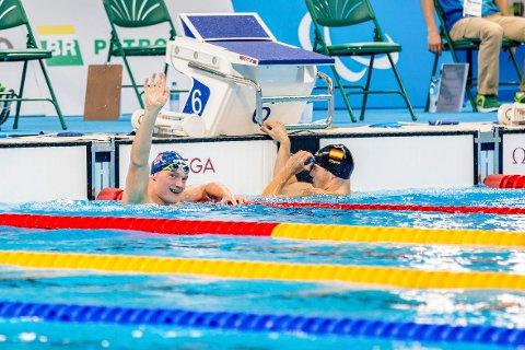 VINKER FORNØYD: Andreas Skår Bjørnstad vinker fornøyd opp til venner og familie på tribunen i Rio, etter å ha sikret seg finaleplass på 400 meter fri.