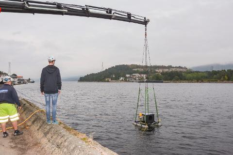 DEN FØRSTE: Her forsvinner den første testprototypen ned i Svelvikstrømmen, og Joachim Amland og Tidetec skal teste ut deres nyeste turbinløsning med vendbar turbin.