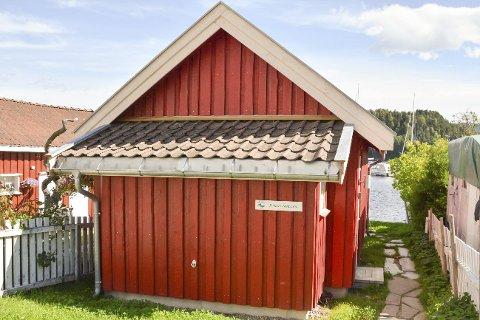 KYSTLEDHYTTE: Plenen har vokst seg grønn og frodig med kløver i løpet av sin første sommer som kystledhytte i den gamle stallen til Karl Falk.