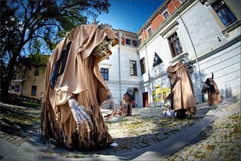 Forestillingen heter «Generations»: og spilles av H C Andersen teatret fra Lublin i Polen. Dukkene som er med er 2 1/2 meter høye og svært uttrykksfulle. Forestillingen har vært vist på en rekke festivaler i Europa.