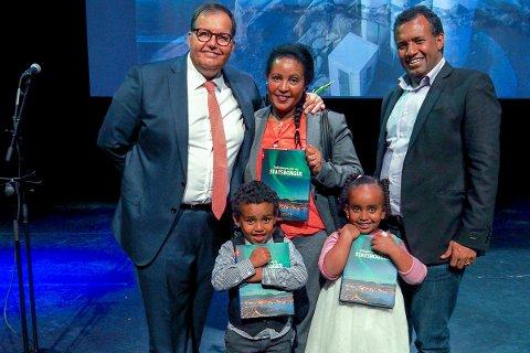 NORSK: Almaz Geberslassie kom til Norge i 2009, sammen med sine to barn Hiabel (4) og Nathan (6) fikk de sitt statsborgerskap overrakt av fylkesmannen. Alle strålte de av lykke, og viste stolt fram sine bevis for at de nå kan kalle seg norsk. Pappa Yohann S. Araya kom etter familien og må vente et par år.