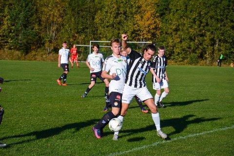 SIF-SIF: Det ble vår nabo i Drammen som vant på søndag, Ole Jenserud spilte en god  kamp på høyrekant for Svelvik.