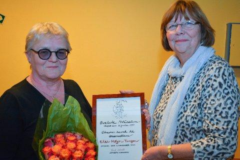 ÆRESMEDLEM: Else Høyer Nebel Tangen ble utnevt til det femte æresmedlemmet i Svelvik Museumsforening, her med Randi M. Soltvedt som er formann.