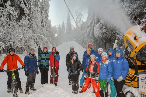 SNØ: Berger Idrettslags skigruppe har leid inn snøkanon, og fått tillatelse til å legge kunstsnø i lysløypa. Haugen i bakgrunnen er ca. 6 meter høy, og er nå blitt lagt ut til skispor