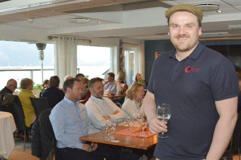 SMAK: Sverre Magnus Holen daglig leder i Structure Wines presenterte tre av vinene foran ganene til svelvikingen akkompagnert av italiensk buffé på Gamle Frithjof fredag.