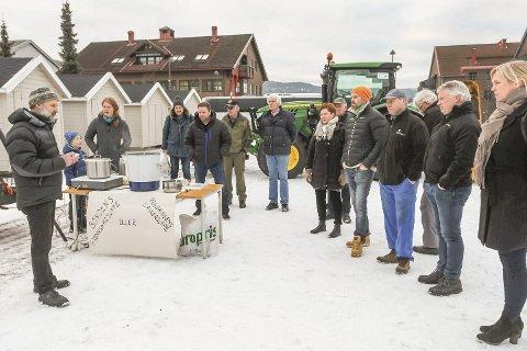 BRANT BÅL: Bøndene brant bål på tirsdag hvor Sande og Strømm landbrukslag var sammen om arrangementet.