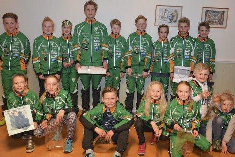 BILS GRØNNKLEDDE ARME: Skigruppa til Berger Idrettslag har i sesongen 2016/2017 deltatt i 31 renn rundt i regionen, og alle har store fremskritt i sporet. 16 av de var på sesongavslutningen på torsdag.