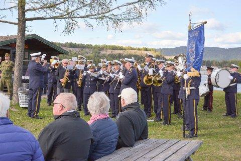HEDRET ALLE KRIGSSEILERE: Til ære for alle krigsseilere spilte Svelvik Musikkorps Konvoibyen.