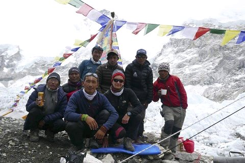 På Toppen: Lisbeth Friberg og hennes følge var 20. mai på toppen av Mount Everest. En ekstremt hard og krevende tur – både psykisk og fysisk. Alle foto: Top Himalaya Guides og Lisbeth Friberg