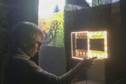 LYSMAGI: Sommerens gjestekunstner i Fossekleiva kultursenter er Joanna Magierecka.     Foto Franzisca Aarflot