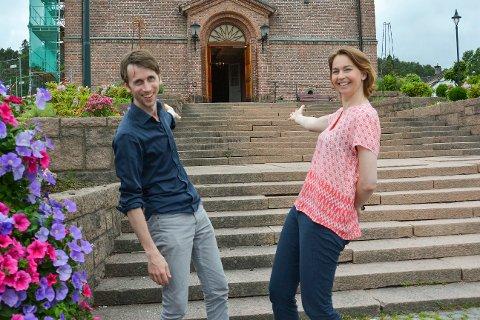KOM INN: Inviterer Cecilie Schilling og Trond Akerø-Kleven, og det blir ny konsert med Operagutta og vår lokale sangerinne.