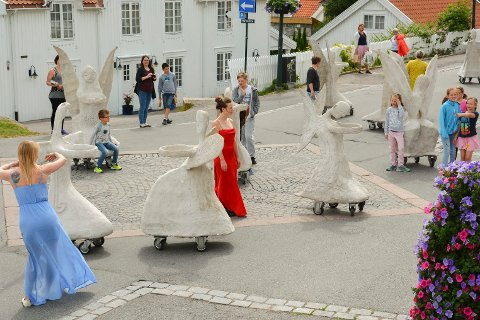 ENGLER: 16 dansende engler stopper innom sentrum, og Sommersnacks passet på å stikke innom vestfoldfestspillenes sentrumstilbud