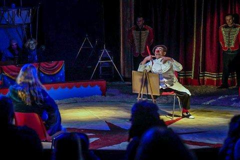 - Barn vil fortsatt gå på sirkus, sier sirkusdirektør Jan Ketil Smørdal (helt til høyre). Foto: Cirkus Agora