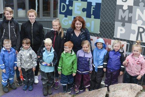 FOR BARNA: Truls, Serine og Frida og resten av klassen har på oppdrag fro FAU med Alice R. Eriksen laget fargerike, lærerike og kunstneriske plansjer som henger rundt på Støa barnehages uteområde til barnas glede.