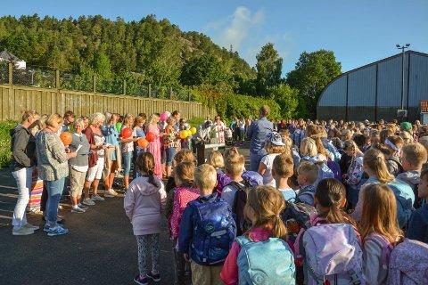 VELKOMSTSANG: Det var lærere som ønsket elevene velkommen med sang på Tømmerås skole.