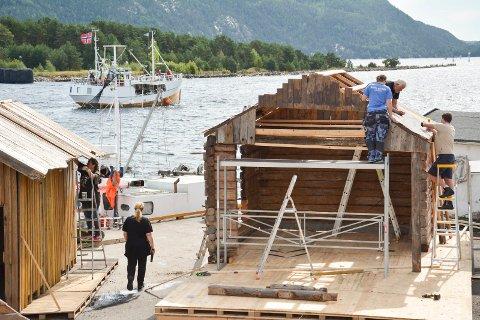 SVELVIGEN: På Dampskipskaia i Svelvik, er de frivillige i gang med å forvandle den til Svelvigen anno 1800-tallet.