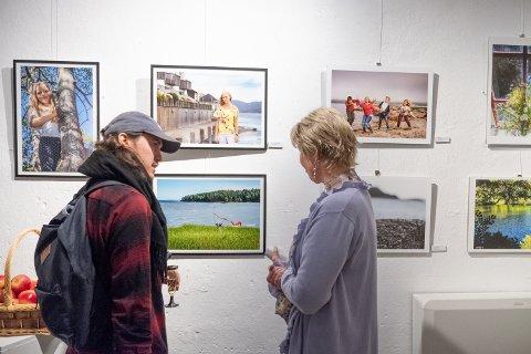Gro Anet Holme Brastad forteller om bildet sitt som heter «Danseforestilling.» Sveip for å se flere bilder fra utstillingen.