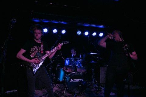 HARDT: F.v. Svelvik-guttene Adrian Aasen (17), Henning Foss Andersen (19) og Hans Mikael Gilbert Lie (18) ga tirsdag ut sin første singel som bandet Sinok.