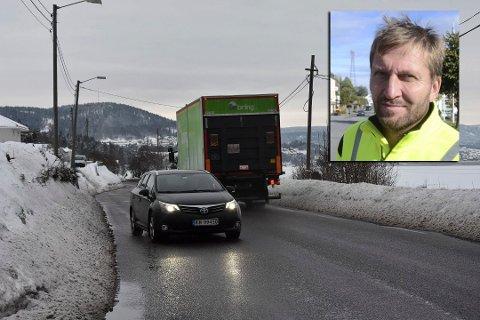 HÅPER PÅ BEDRING: Svelvik kommune har også merket at fylkesveien ikke alltid er godt nok brøytet. Nå håper Ivar G. Pettersen, avdelingsleder for teknisk drift i kommunen, på snarlig bedring.