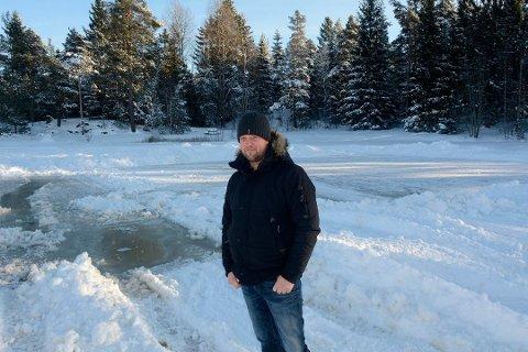 Kjetil Gulliksrud kan ikke skjønne at noen misliker skøytebanen på Tuftdammen så mye at de saboterer den ved å bore hull i isen slik at vannet flommer utover.