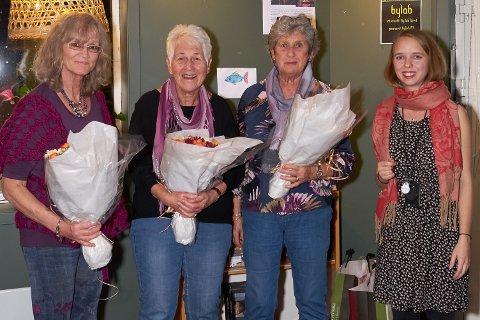 Blomster til damene: Ina Synøve Borsheim overrakte blomster til Gunbjørg Johansen, Jorun Berger og Gro Aasmundseth som en takk for flott innsats i ti år - det var med hilsen fra Heidi på Frivillighetssentralen.