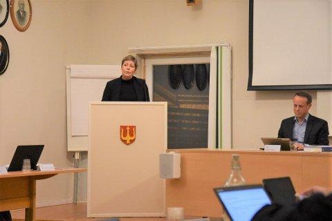 Trine Bingen (Ap) på talerstolen under tirsdagens kommunestyre.