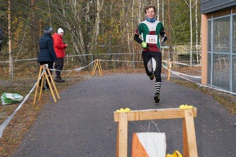 Første mann i mål: Sindre Holt var første mann i mål på tiden 1:58. Det var første gang han løp Kneskjælven.