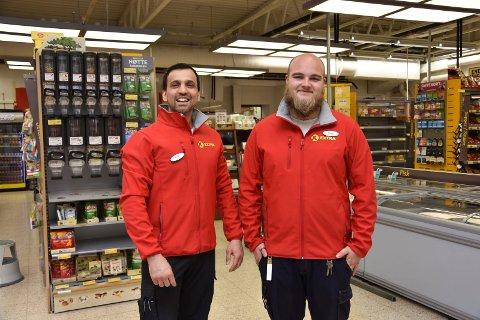 – Vi ønsker å bidra ved å gjøre det enkelt å arrangere og delta i ryddeaksjoner, sier butikksjef hos Coop Extra Svelvik, Abdul Jalal Muhammad. Her med Daniel Timonen.