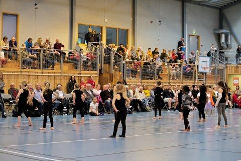 Svelvik Turnforening får ikke hatt treninger den kommende tida, grunnet koronavaksineringen som skal gjennomføres i Ebbestadhallen. Her fra en tidligere sommeroppvisning.
