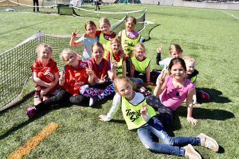 Fotball er kult: Her er noen glade fotballjenter samlet til jentefotballdag i 2018. Svelvik IF håper å få med enda flere jenter med hjelp av NFF Buskeruds pilotprosjekt.