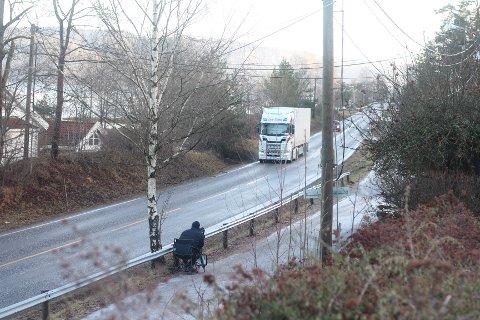 MÅLET HASTIGHETEN: Politibetjent Arvid Dahl i UP kontrollerte mange biler på Svelvikveien. Årsaken til kontrollen var klager fra blant annet skolen på farta enkelte kjører i.