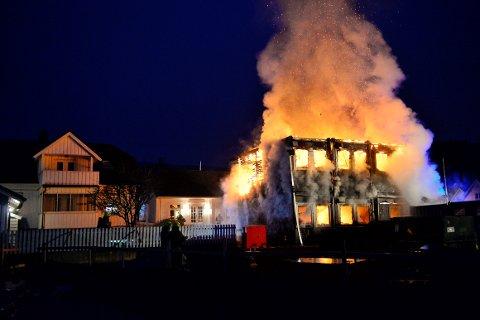 Til venstre ser man huset til Christian Holter. Brannvesenet sto i hagen hans for å holde brannen i sjakk og borte fra nabohusene, mandag morgen.