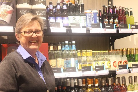 STOR ETTERSPØRSEL: Lillian Langaard hos Vinmonopolet i Svelvik forteller at flere og flere ungdommer og unge voksne velger alkoholfrie alternativ. Derfor har de også mye å velge mellom i utsalget sitt.