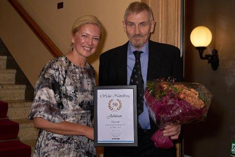 Jubilanten:  Administrerende direktør Hilde Kristin Herud overrakte jubilanten Widar Nausthaug blomster og diplom.